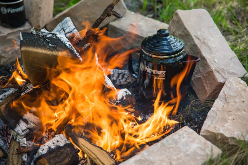 draußen grillen Lagerfeuer